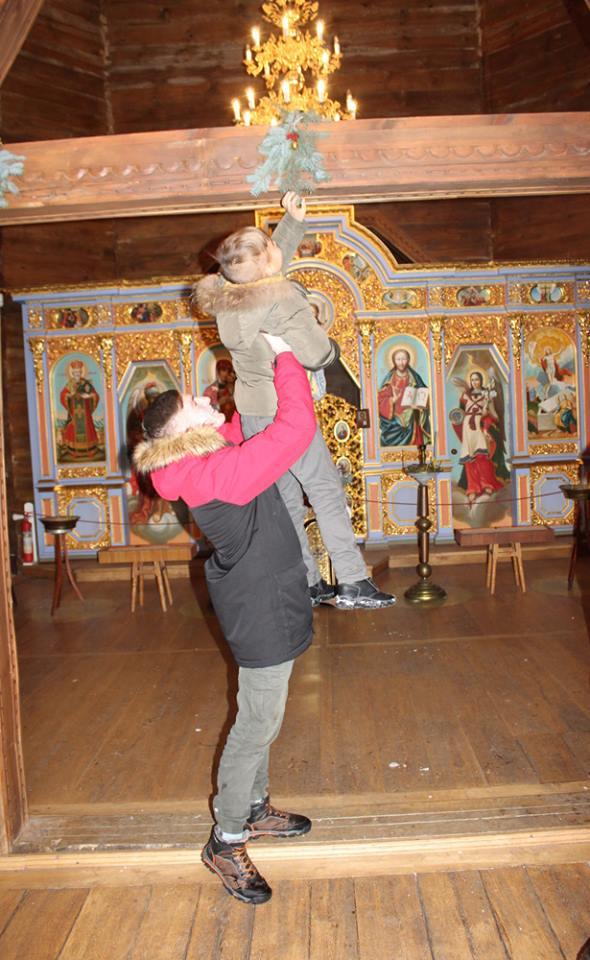 У Батурині учні прикрасили церкву до Різдва