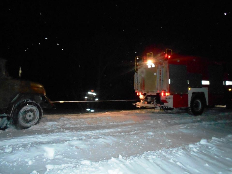 На Чернігівщині зі снігових «пасток» рятували транспортні засоби