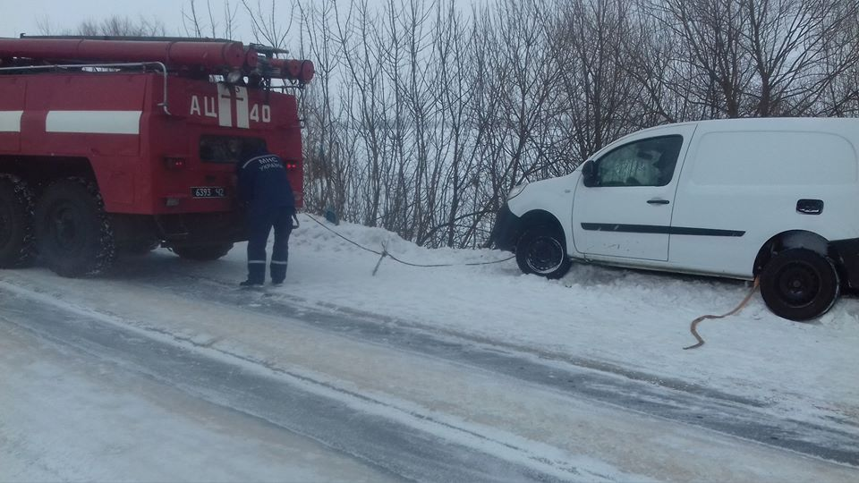 У Куликівському районі надзвичайники витягали авто з кювету (Фото)