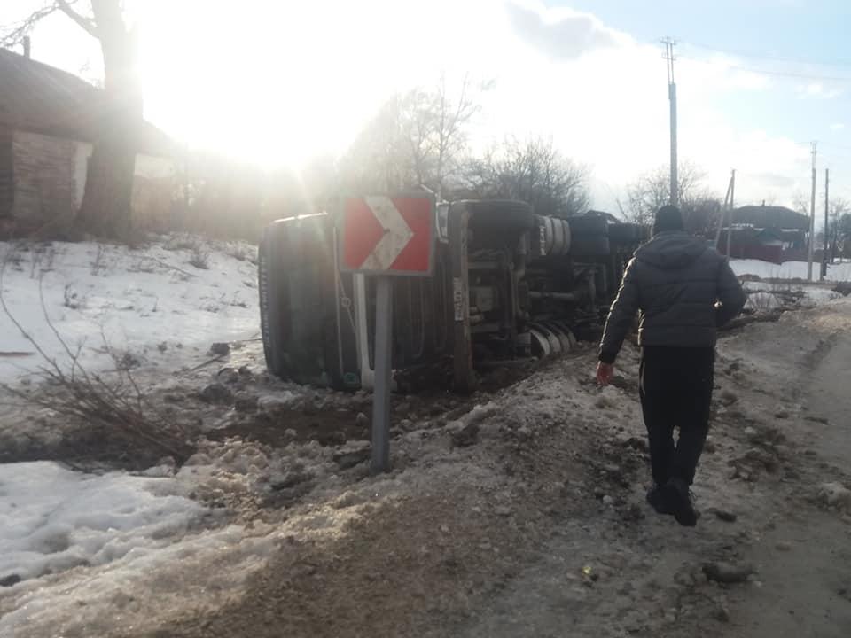 На Чернігівщині перекинулася вантажівка (Фотофакт)