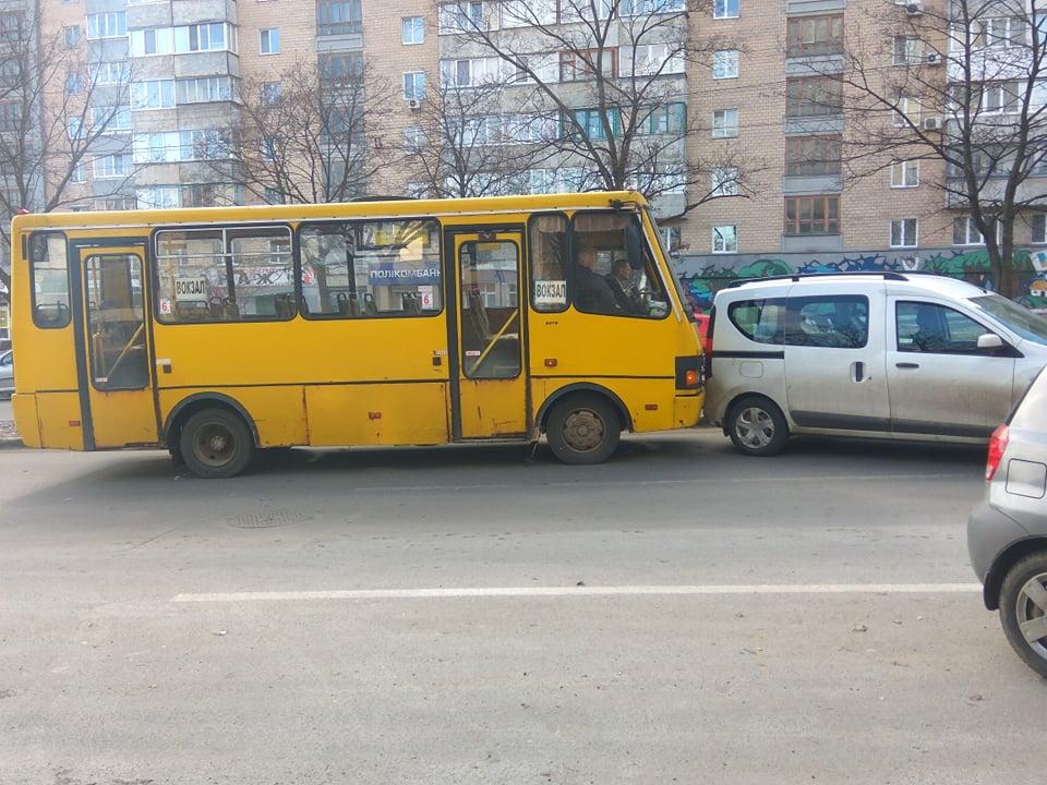"""Біля """"Ниви"""" маршрутка влетіла в легковика (Фотофакт)"""