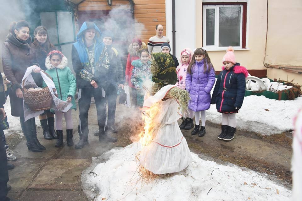 Щоб наблизити весну, діти спалили опудало зими (Фото)