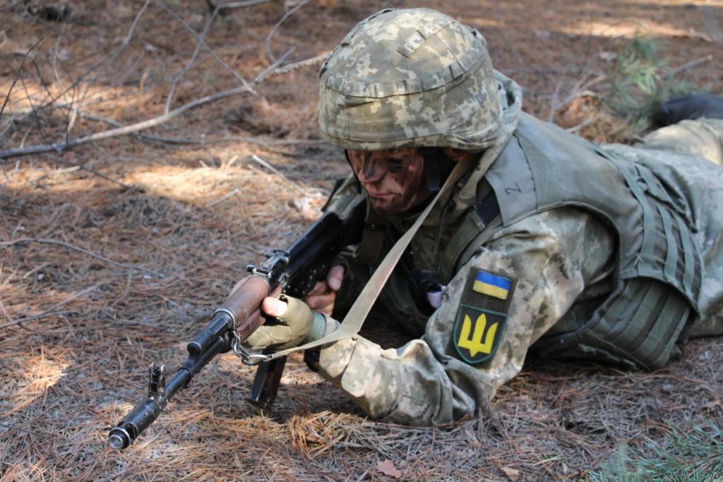 У «Десні» військові продемонстрували, як здійснюють евакуацію поранених із поля бою