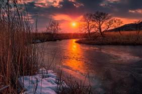 vecer-reka-solnce-sneg-zakat-led-vesna-kamys