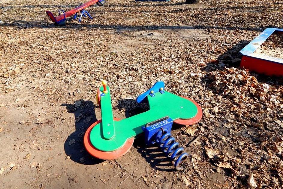 На Чернігівщині вандали пошкодили дитячий майданчик (Фото)