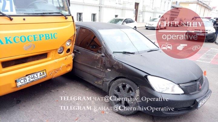 У центрі Чернігова маршрутка зіткнулась із легковиком: є травмований (Фотофакт)