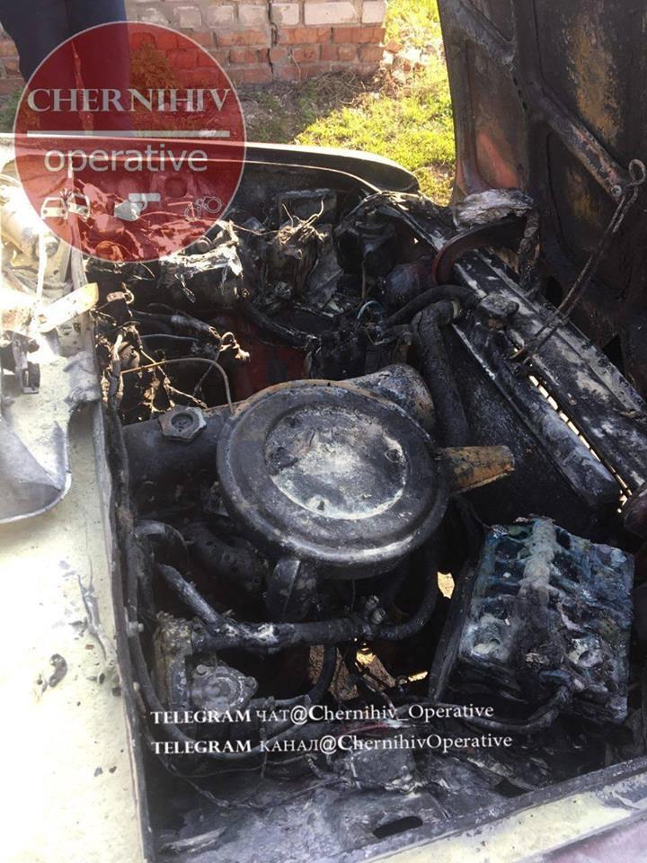 У Чернігові згорів автомобіль (Фотофакт)