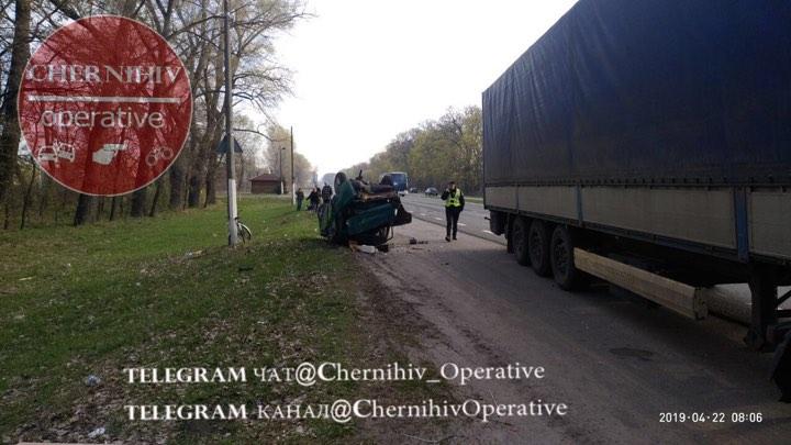 На трасі Чернігів – Київ вантажівка підрізала легковика (Фото)