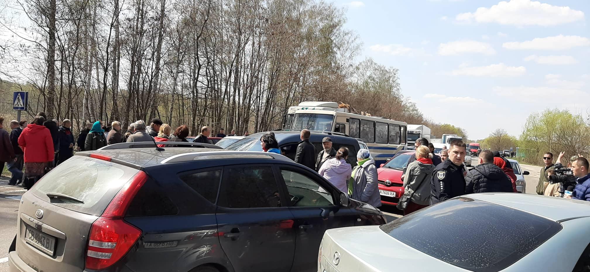 Обурені селяни перекрили дорогу на Чернігів (Фото)