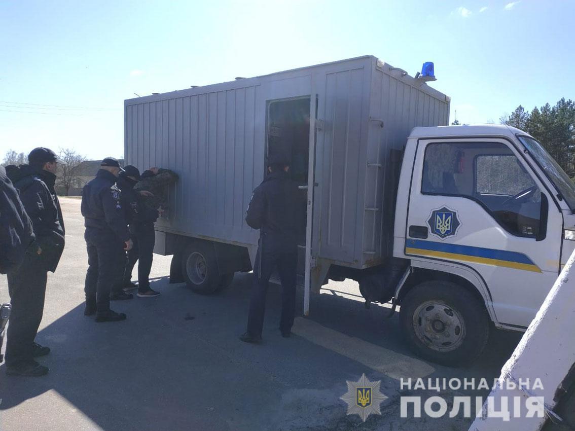 Поліція припинила активність тітушок, які намагалися взяти під контроль комунальне підприємство (Фото)