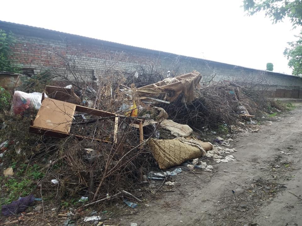 По провулку Самоквасова розростається стихійне сміттєзвалище (Фото)