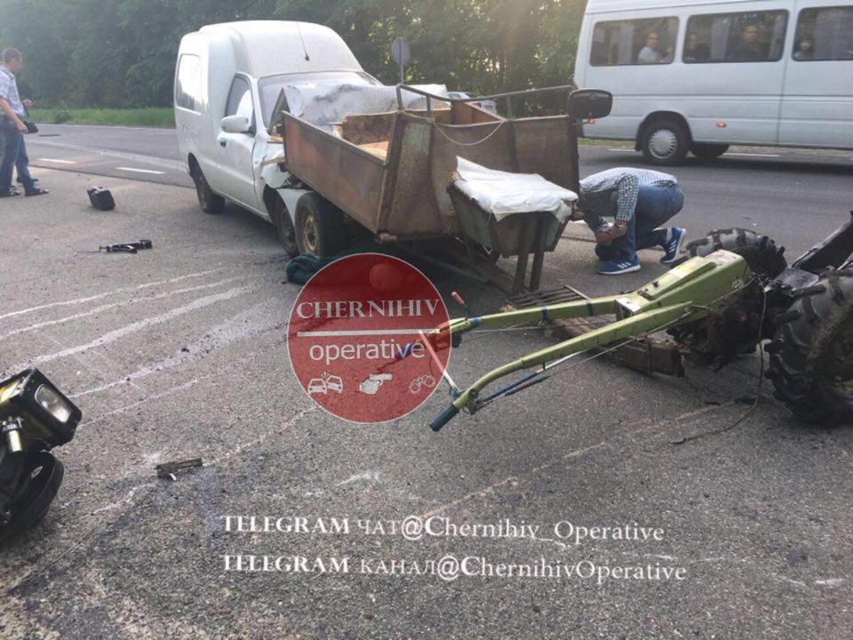 На Чернігівщині легковик влетів у мотоблок з причепом (фотофакт)