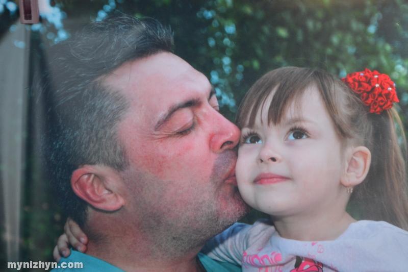 Ніжинські татусі у фокусі: відбулась фотовиставка до Дня батька (Фото)