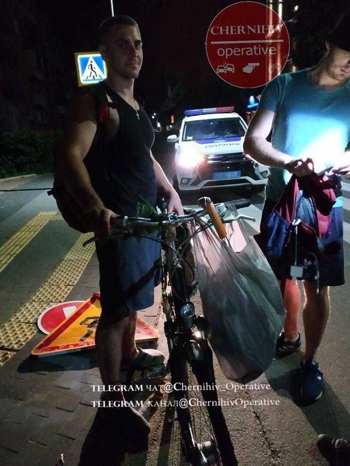 Молодики вкрали дорожні знаки біля площі (Фотофакт)