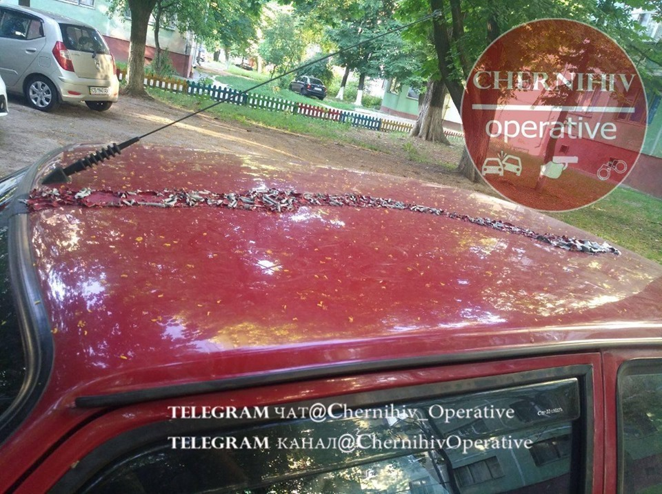 У Чернігові автомобілі обливають кислотою (Фотофакт)