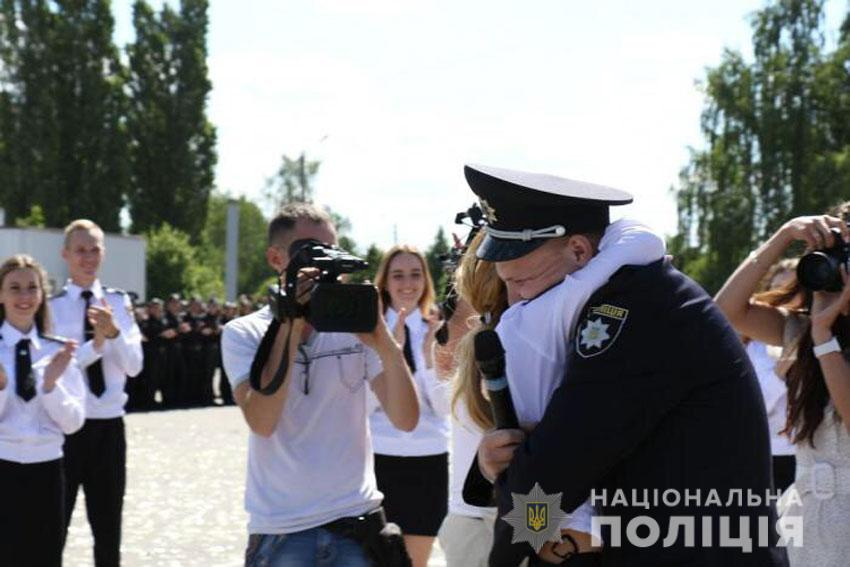 Чернігівський слідчий освідчився коханій на плацу Харківського університету внутрішніх справ (Фото)