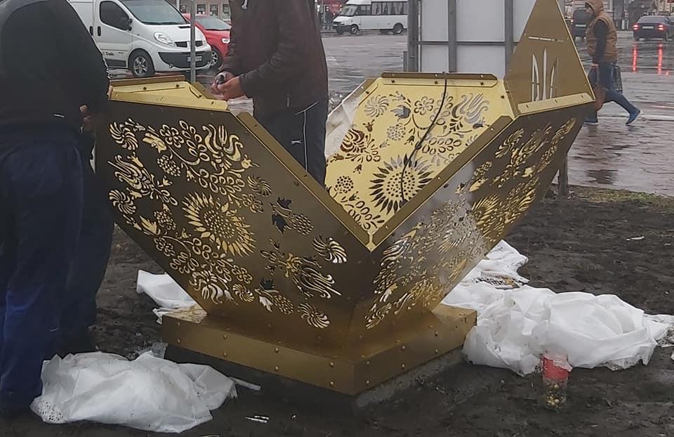 У Ніжині встановлюють скандальний октаедр (Фото)
