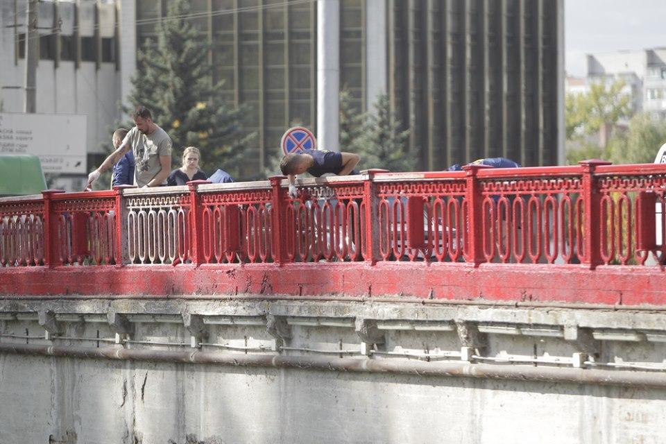 Активісти розфарбували Красний міст (Фото)