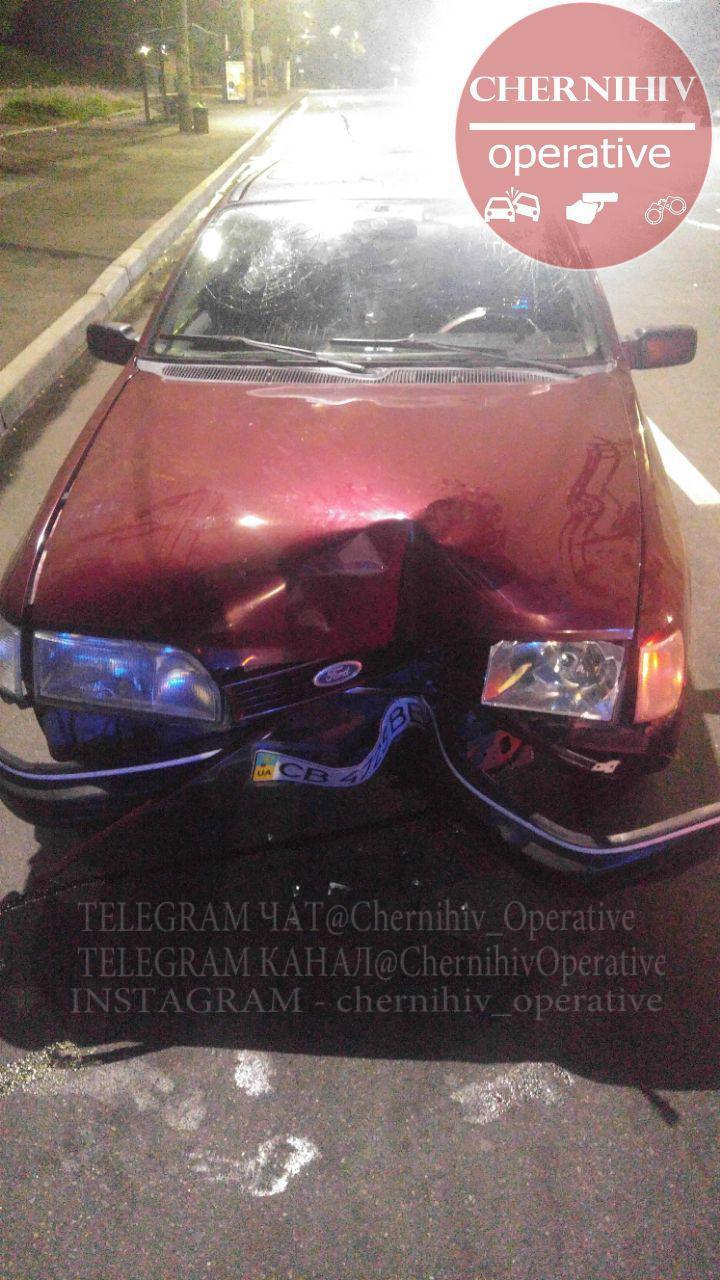 У Чернігові п'яний водій врізався у світлофор (Фотофакт)