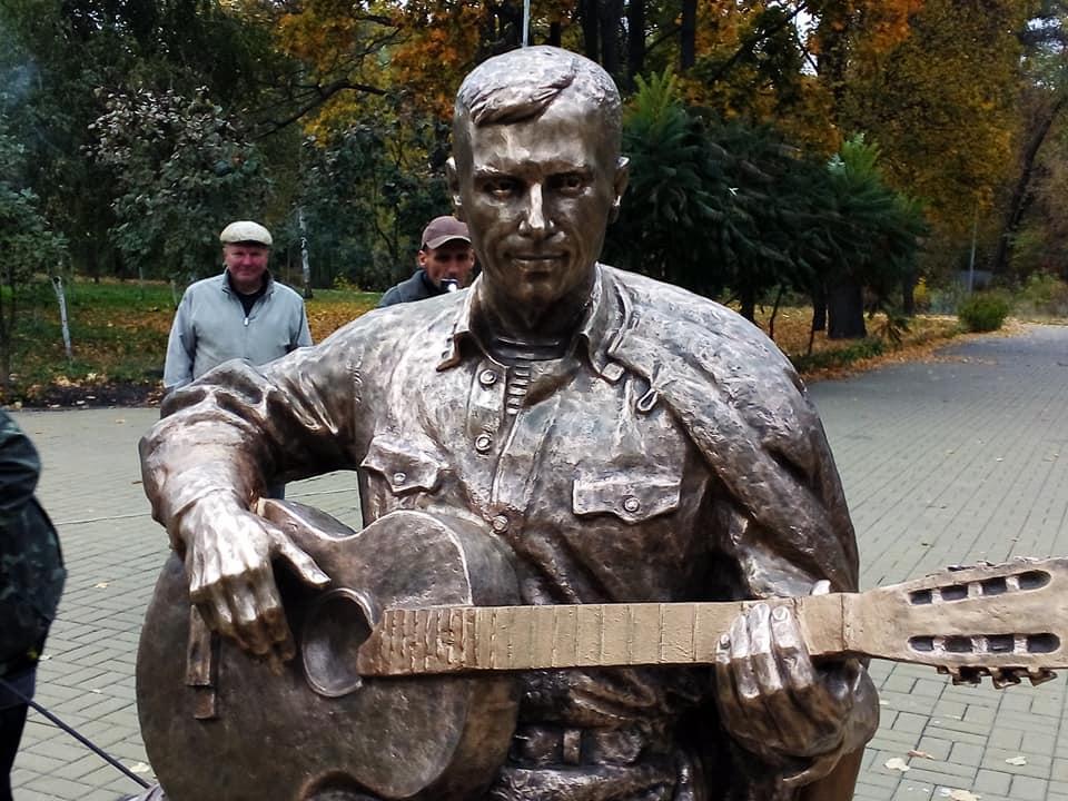 Пам'ятник Бернесу повернули на місце (Фото)