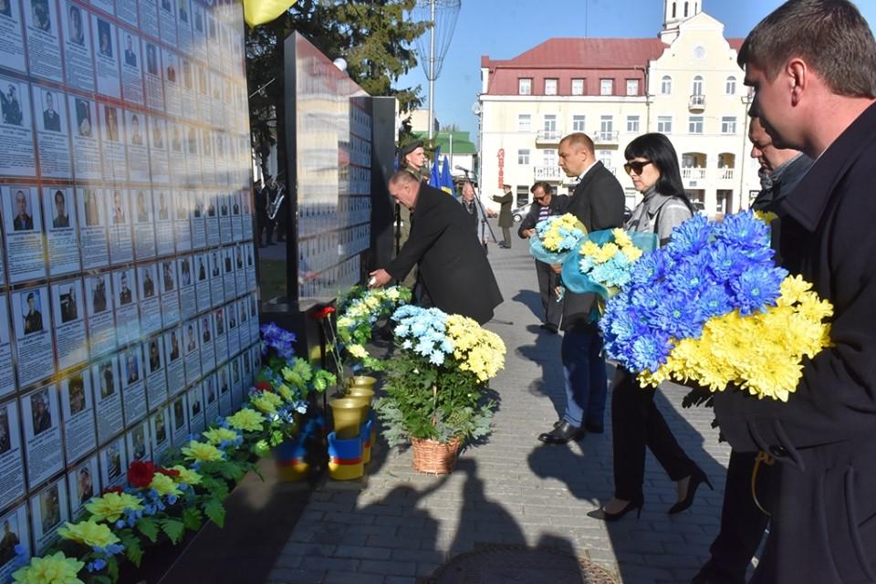 У День захисника України в Чернігові вшанували пам'ять загиблих (Фото)