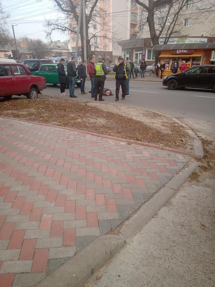 У Чернігові «Москвич» збив пішохода, який переходив дорогу у невстановленому місці (Фото)
