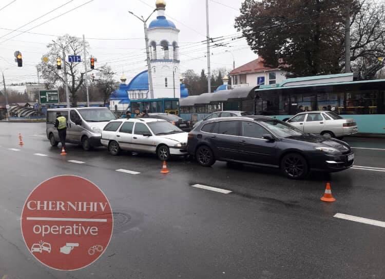 На вулиці Героїв Чорнобиля сталася потрійна ДТП (Фото)