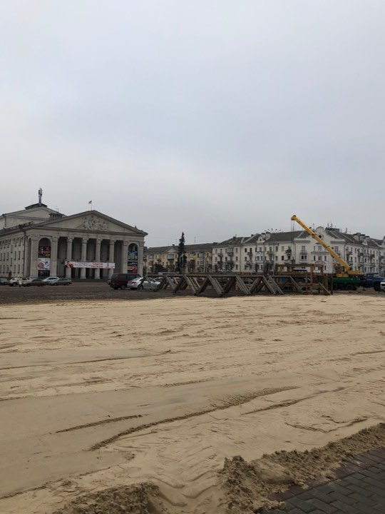 Свято наближається: на Красній площі почали монтаж новорічної ялинки (Фотофакт)