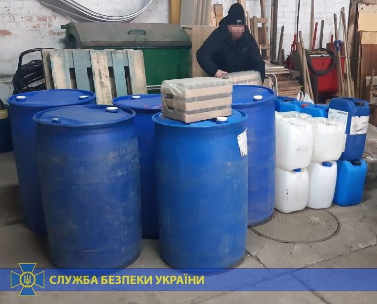 У Чернігові СБУ блокувала підпільне виробництво та збут контрафактної алкогольної продукції (Фото)