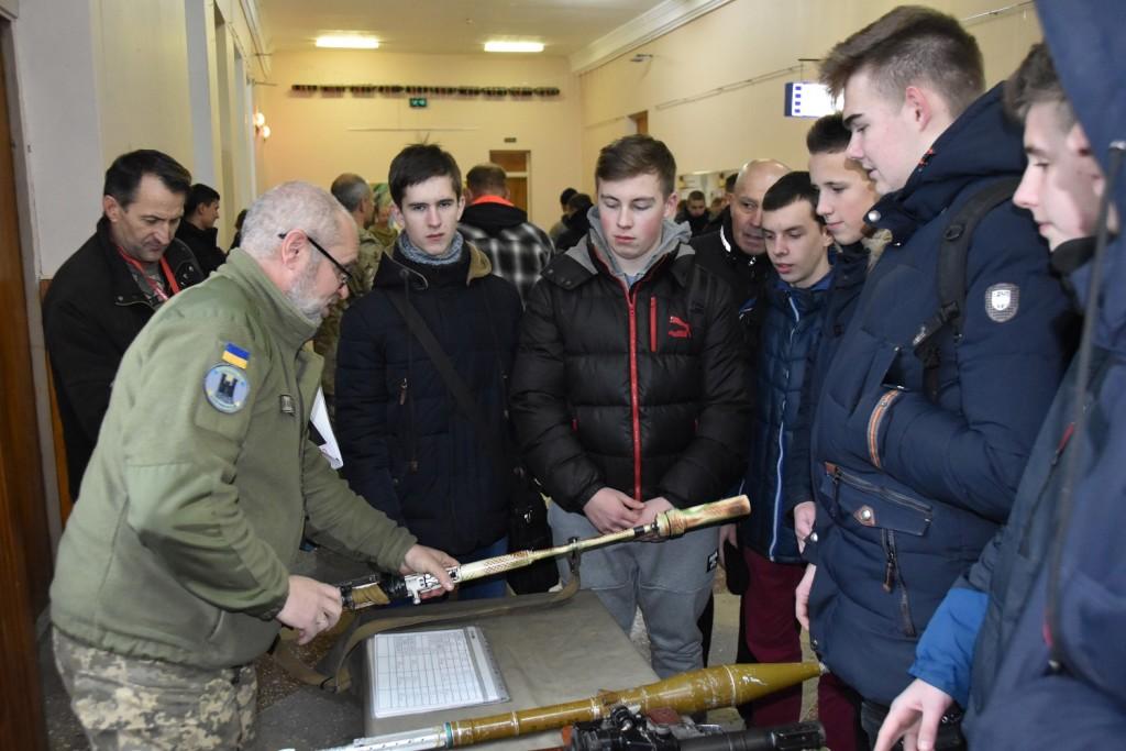 Чернігівські старшокласники дізналися про переваги навчання у військовому виші (Фото)