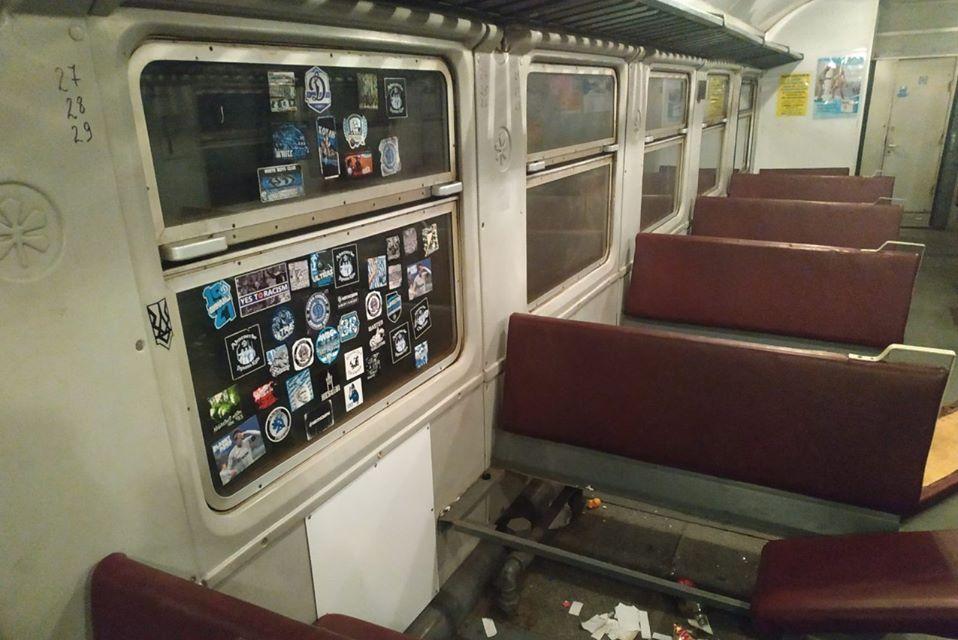 Футбольні фанати розтрощили вагон електрички «Ніжин-Київ» (Фото)