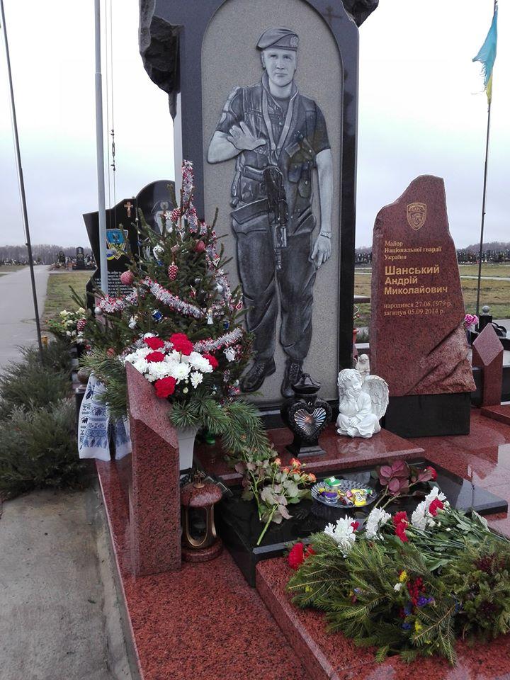 Біля стели загиблим Героям прикрасили ялинку (фото)