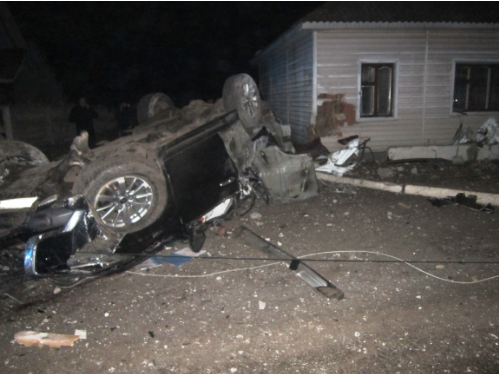 У Борзні позашляховик в'їхав у будинок. Водій та пасажир загинули на місці (Фото)