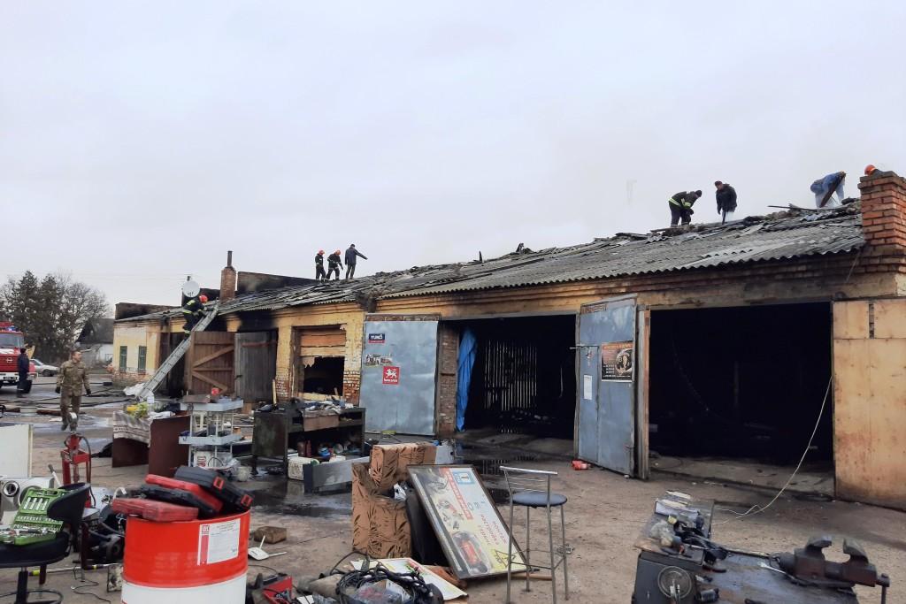 У Ніжині під час пожежі гаража заводу згоріли два автомобілі (Фото)