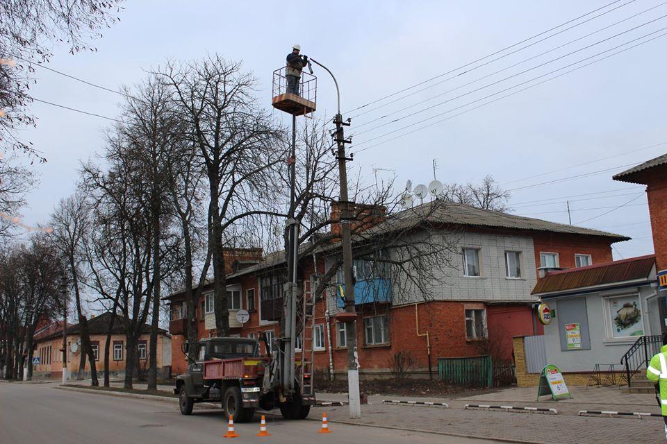 У Новгороді-Сіверському триває реконструкція мережі вуличного освітлення (Фото)