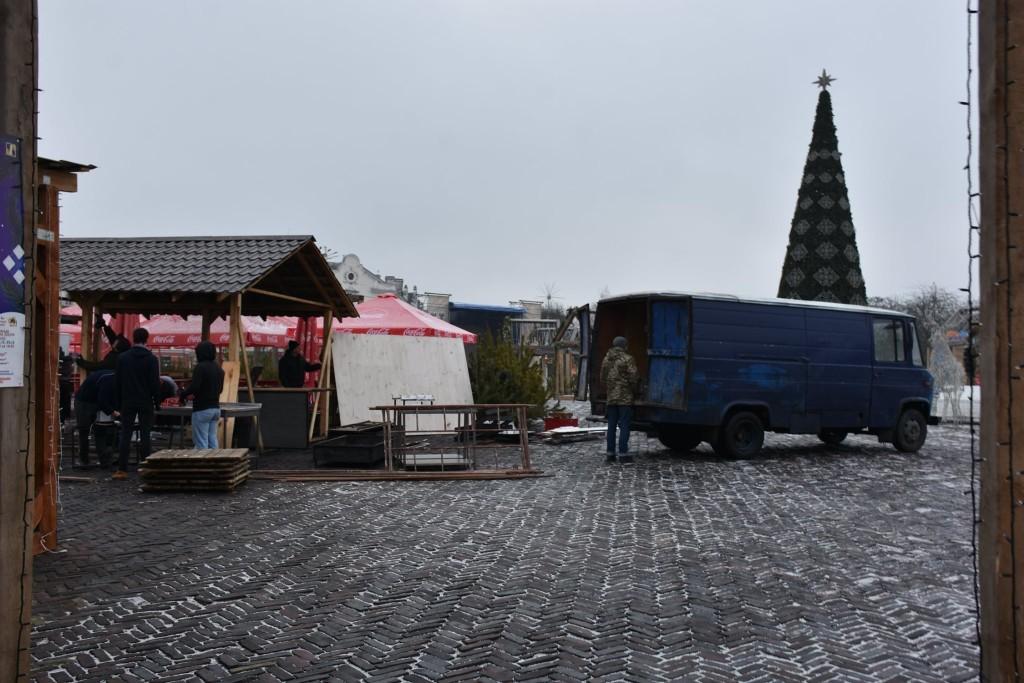 Новорічне містечко на Красній площі почали розбирати (Фото)