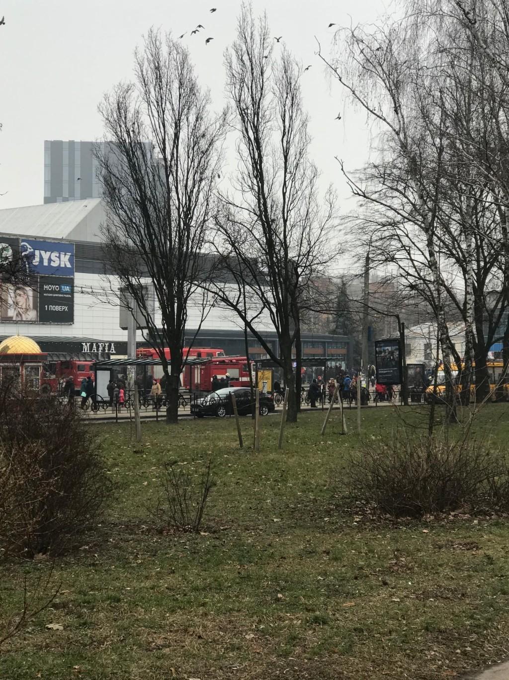 «Помилкова тривога»: до торгівельного центру Чернігова з'їхалося 8 пожежних машин (Фото, відео)