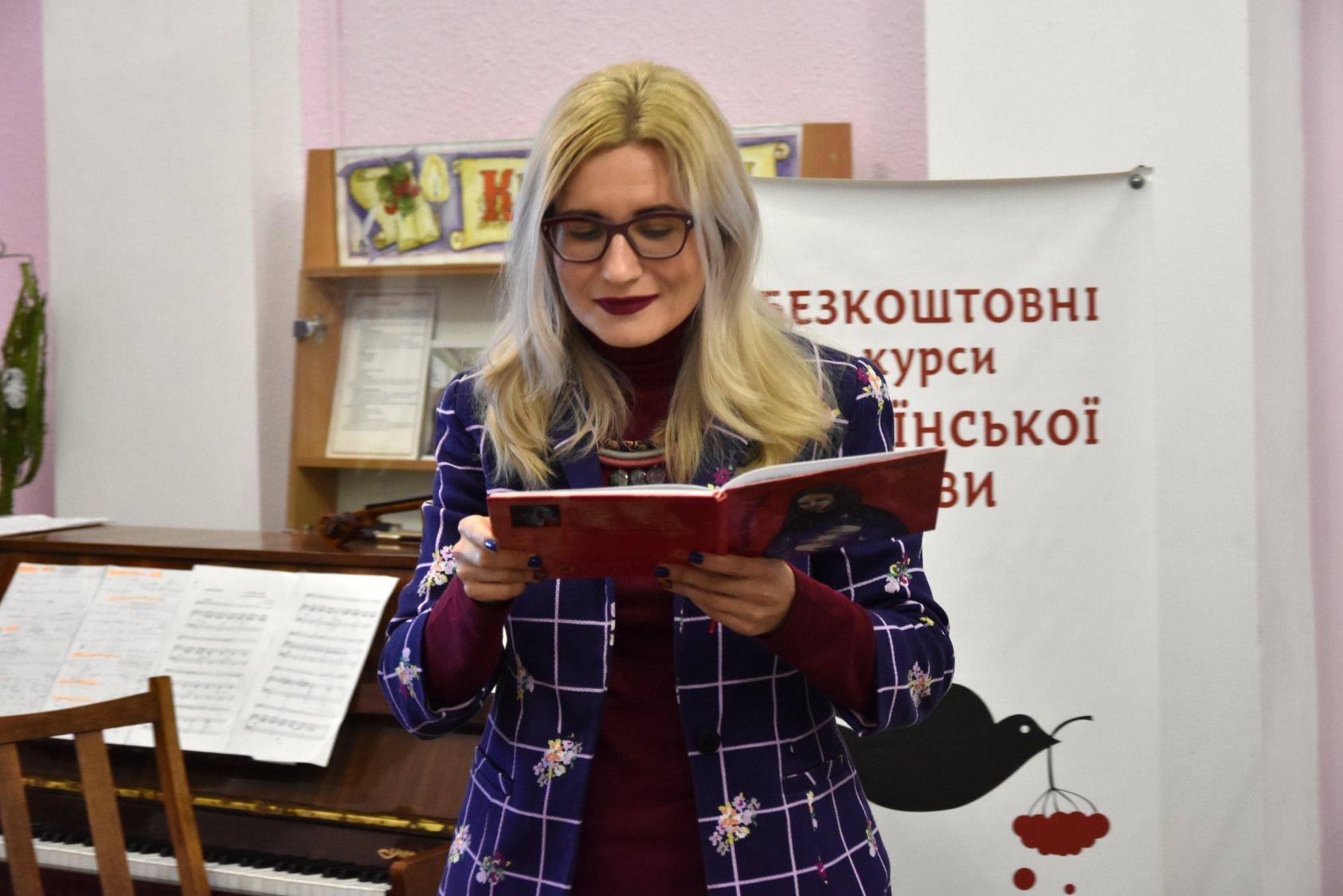 Що ховається поміж жіночих звивин: у бібліотеці Коцюбинського відбувся поетично-музичний перфоманс (Фото)