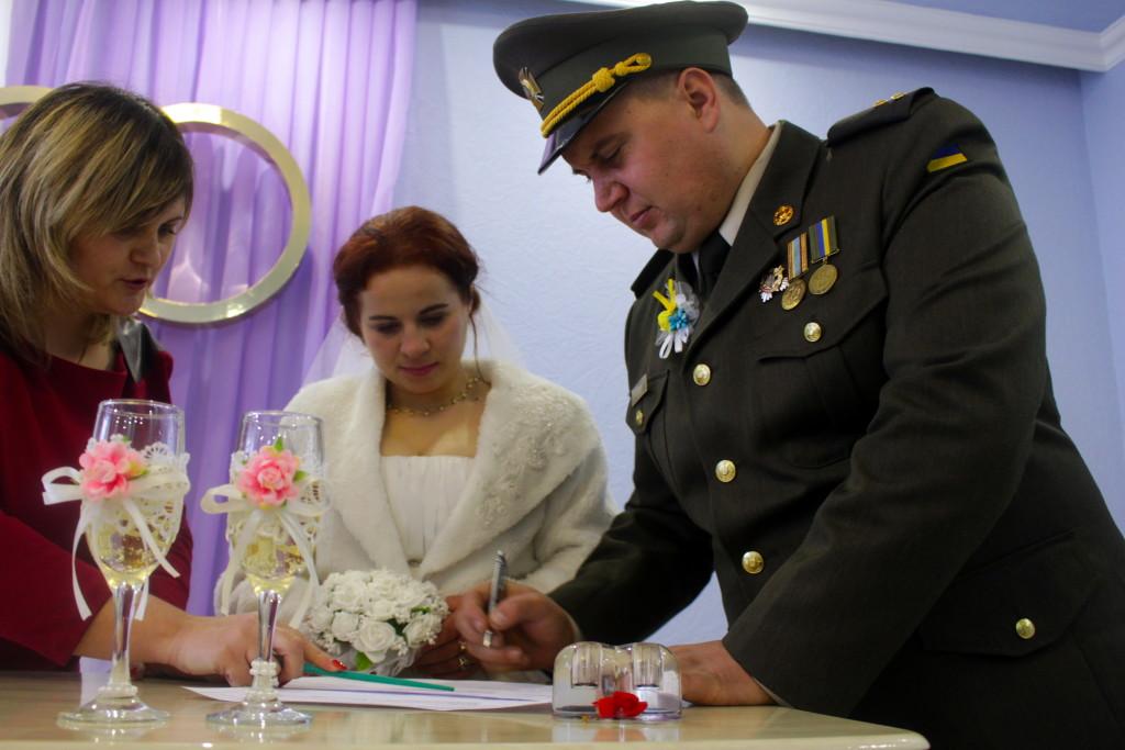 Війна коханню не завада: військовий з Чернігівщини одружився на передовій (Фото)