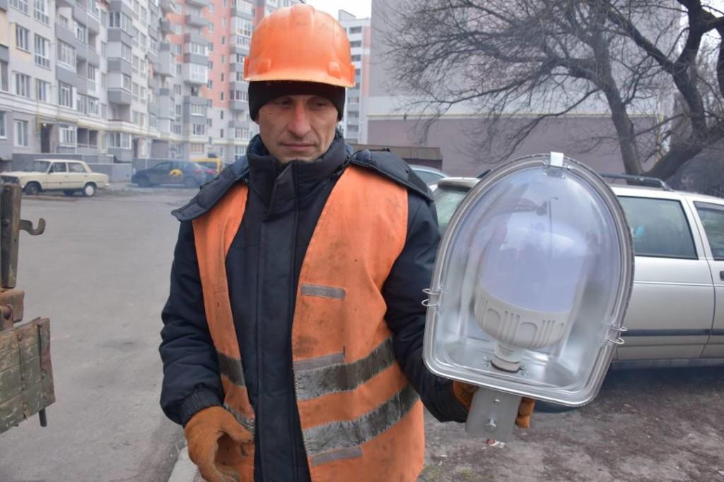 На Жабинського замінюють вуличне освітлення (Фото)