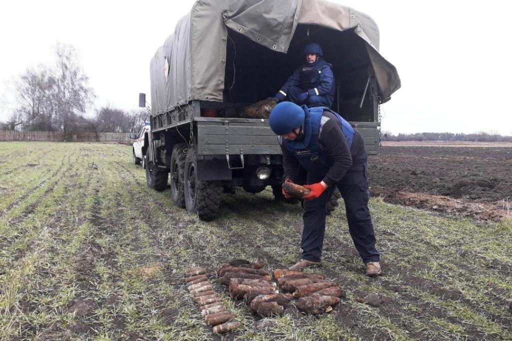 У полі на Чернігівщині знайшли більше 40 снарядів та гранат (Фото)