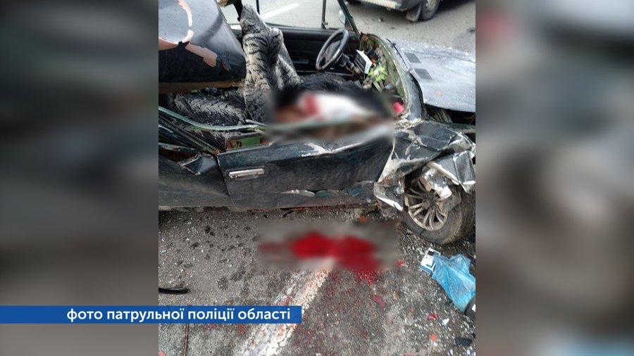 Легковик в'їхав у вантажівку: у ДТП біля Калитянського загинула 14-річна дівчина (Фото)