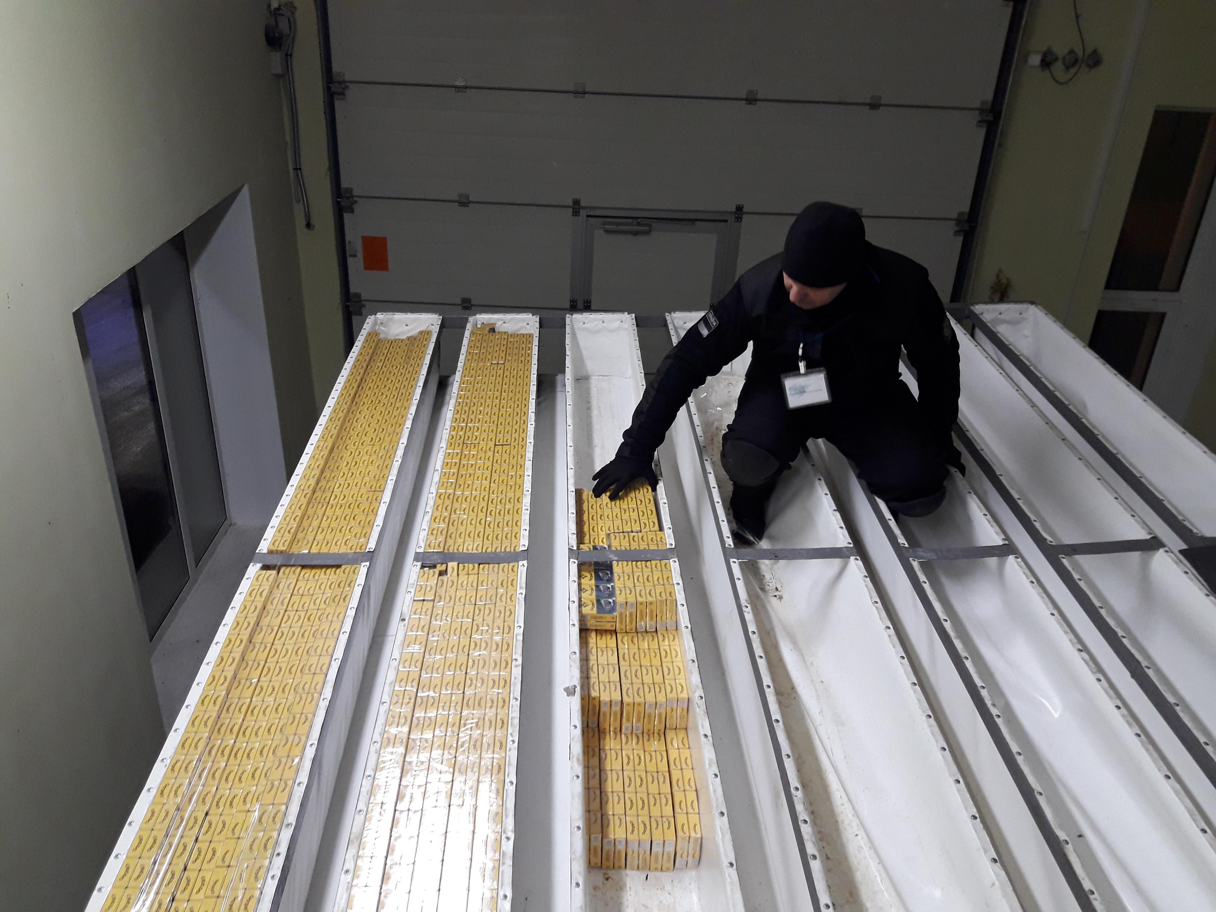 На кордоні в подвійній стелі вантажівки знайшли контрабандні цигарки (Фото)