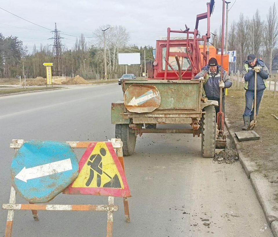Комунальники розчистили зливнівки в Чернігові (Фото)