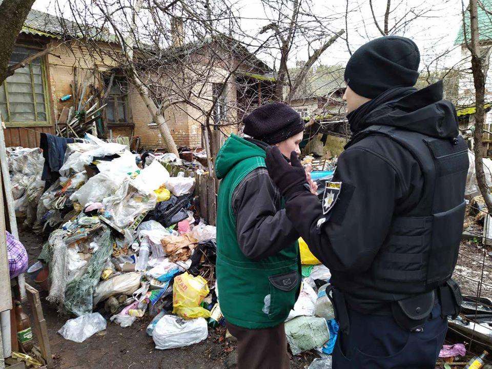 У дворі приватного будинку в Чернігові виявили справжнє сміттєзвалище (Фото)