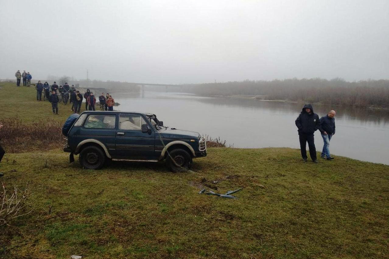 Рятувальники підняли з Десни «Ниву» із загиблим водієм (Фото)