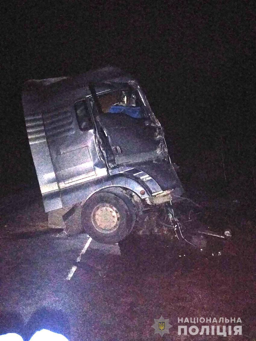 Поліція встановлює обставини смертельної ДТП за участю двох вантажівок (Фото)
