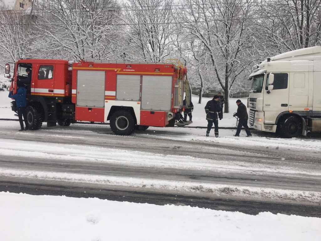 У Чернігові вантажівка застрягла на підйомі (Фото)