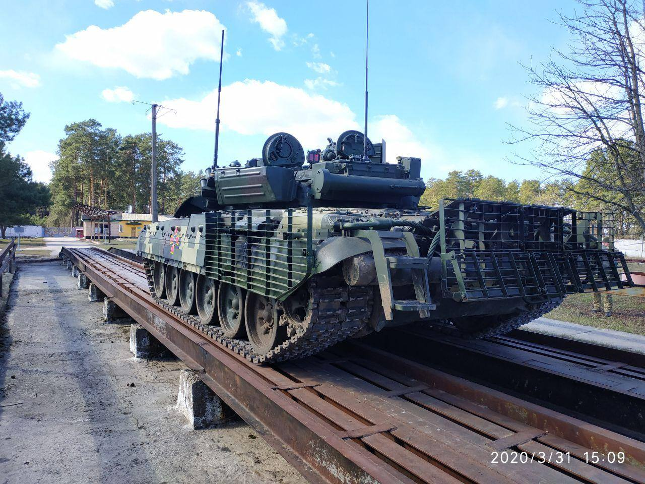 На Чернігівщині випробовують модернізований танк Т-72АМТ (Фото)