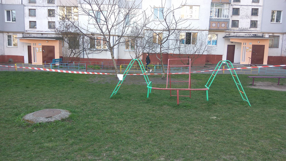 Майданчики в Чернігові закрили від відвідувачів (Фото)